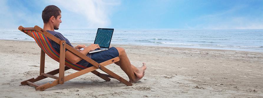 Salarié qui travaille à la plage